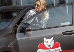 Helene Rousseaux w firmowym samochodzie