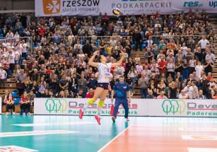 Petya Barakova na zagrywce podczas meczu półfinałowego