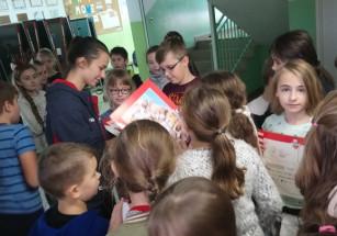 Siatkarki z uczniami SP 5 w Słocinie